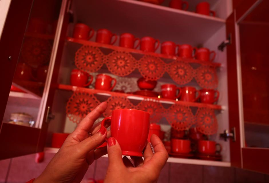 Zorica Rebernik, obsessed with the red color, holds a coffee cup in the kitchen inside her house in the village of Breze near Tuzla | Autor: DADO RUVIC/REUTERS/PIXSELL/REUTERS/PIXSELL