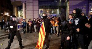 ČAK 350.000 LJUDI IZAŠLO NA ULICE BARCELONE Nakon mirnog protesta izbili novi neredi: Prosvjednici zasuli policajce limenkama, bocama i petardama