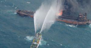 TERORISTIČKI NAPAD NA IRANSKI TANKER? Ogromni brod guta plamen nakon eksplozije pokraj saudijske luke, nafta istječe u Crveno more