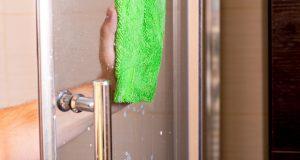 Ako ne uspijevaš ukloniti tvrdokorne mrlje na tuš kabini, probaj s ovim