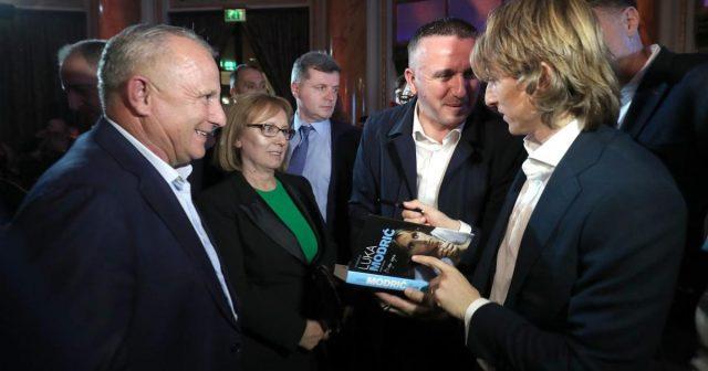 Luka Modrić autobiografiju potpisao i roditeljima, tata Stipe i mama Radojka ponosni