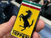 OVAJ KLJUČ NA STOLU U KAFIĆU NEDVOJBENO DAJE DO ZNANJA KOJIM STE AUTOM STIGLI Novi Ferrari Roma ima ključ s pozadinom amblema marke