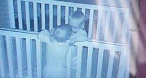 Mali slatkiši: Braća blizanci se ne prestaju grliti prije spavanja