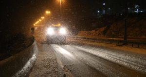 U Lici pada snijeg, olujni vjetar usporava promet kod Sv. Roka