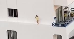 Jezive scene: Dijete izašlo kroz prozor pa hodalo uz rub zgrade