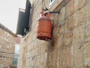 Plinska boca na zidu kuće na Braču