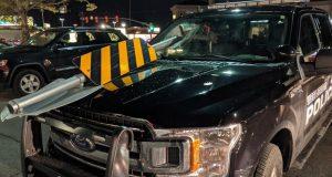 VIDEO: OVAKVA SNIMKA SE NE VIĐA SVAKI DAN! Policajcu kroz vjetrobran poput projektila uletio prometni znak! Srećom, u vozilu nije bilo suvozača...