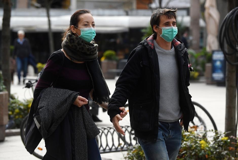 Zagreb: Kafići u centru poluprazni, građani s maskama na licu obilaze grad | Autor: Marko Lukunic/PIXSELL