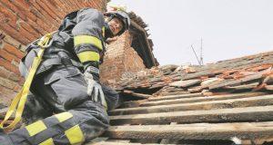 REPORTER JUTARNJEG S HEROJIMA ZAGREBAČKIH ULICA NA INTERVENCIJAMA Oko 10.000 dimnjaka je puklo, manji su teški tonu, a veći 4. Poskidamo ih 10 dnevno