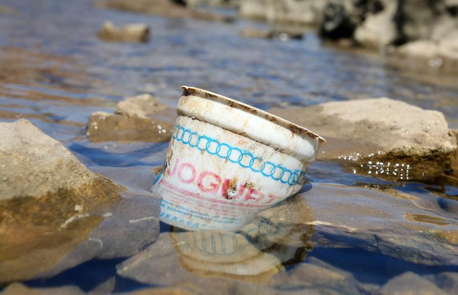 Šibenik: Biciklist u moru pronašao plastičnu čašicu jogurta staru tridesetak godina   Autor: Dusko Jaramaz/PIXSELL