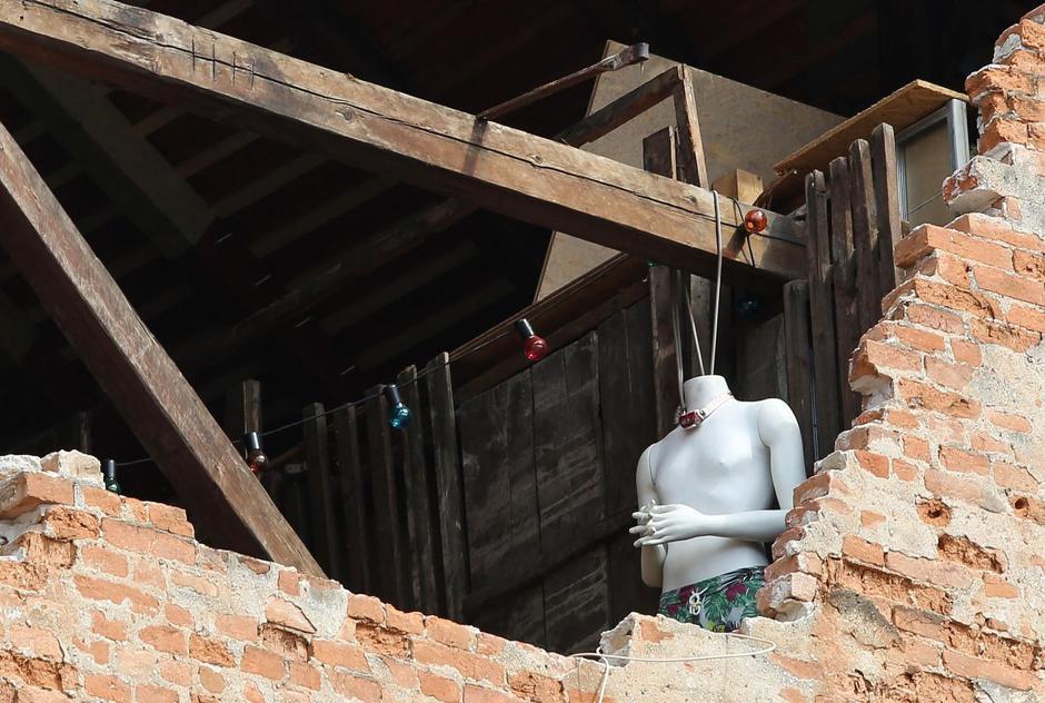 Zagreb: Lutka s kamerom oko vrata viri iz potresom oštećenog stana u Ilici | Autor: Emica Elvedji/PIXSELL