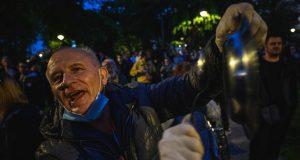PRED VUČIĆEVIM UREDOM ODRŽAN PROSVJED Okupilo se nekoliko stotina građana, on tvrdi da je zabrinut jer nije poštovana preporuka o zabrani skupova