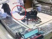 Zlatarnu pljačkao u invalidskim kolicima, pištolj držao nogama!