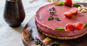 Jednostavna sirova torta s kremom od jagoda i čokolade