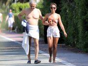 FOTO: PRVI PUT U JAVNOSTI NAKON ŠTO JE PREBOLIO KORONAVIRUS Slavni Talijan u društvu 25 godina mlađe supruge hoda po ulici samo s ručnikom oko pasa