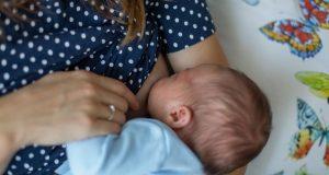 WHO: 'Majke kod kojih se sumnja da imaju Covid-19, ili ga imaju, trebalo bi poticati da krenu ili nastave s dojenjem te da se ne odvajaju od beba'