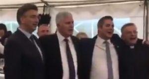 VIDEO: POLOŽILI KAMEN TEMELJAC ZA TVORNICU RAJČICE PA SVI ZAJEDNO ZAPJEVALI Poslušajte kako zagrljeni Plenković i Čović pjevaju 'Moja Hercegovina'
